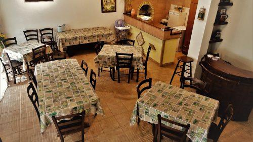 Tavoli nel salone, per pranzo e cena